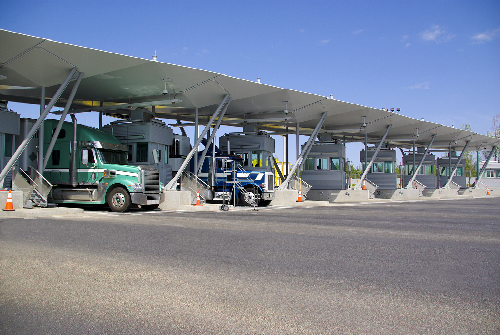 Semi-trucks-pay-at-tollbooth-at-Canadian-border-000034492786_Large.jpg