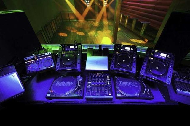 these-are-the-dj-booths-from-the-best-clubs-in-the-history-of-the-world-body-image-1434399225.jpg