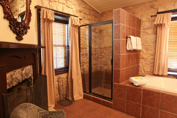 Basse Suite Bathroom.jpg