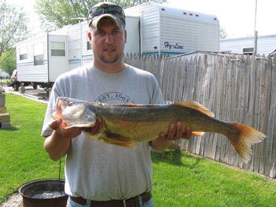 Big_Walleye_Catch_32inces_L.jpg