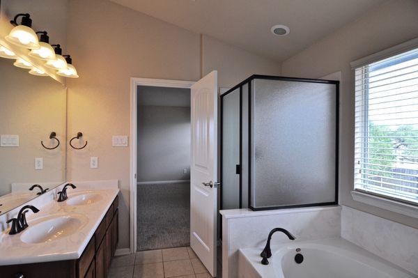 2113 O'Callahan Master Bath (edit DSC_1058).jpg
