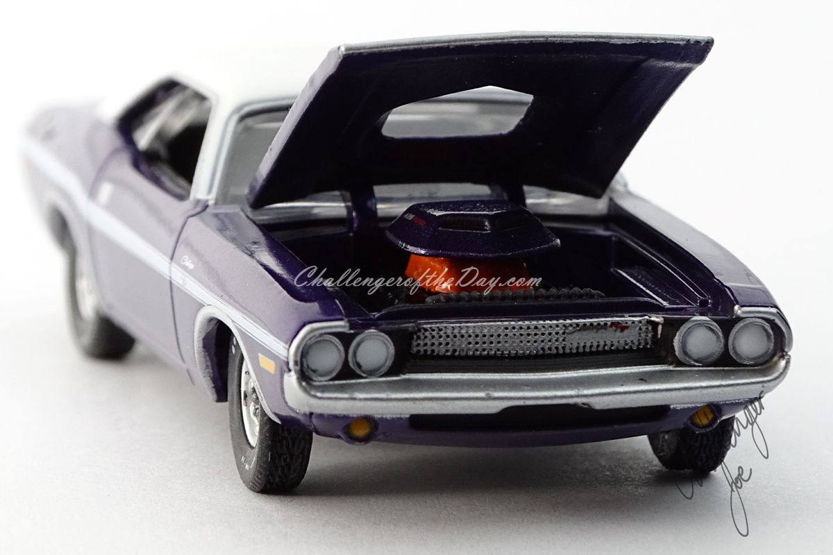 Auto World 1970 Dodge Challenger RT 426 Hemi Shaker Plum Crazy (3).jpg
