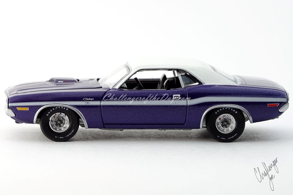 Auto World 1970 Dodge Challenger RT 426 Hemi Shaker Plum Crazy (1).jpg