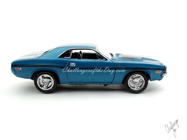 Johnny Lightning 1970 Dodge Challenger RT 440 Magnum in Blue (5).JPG