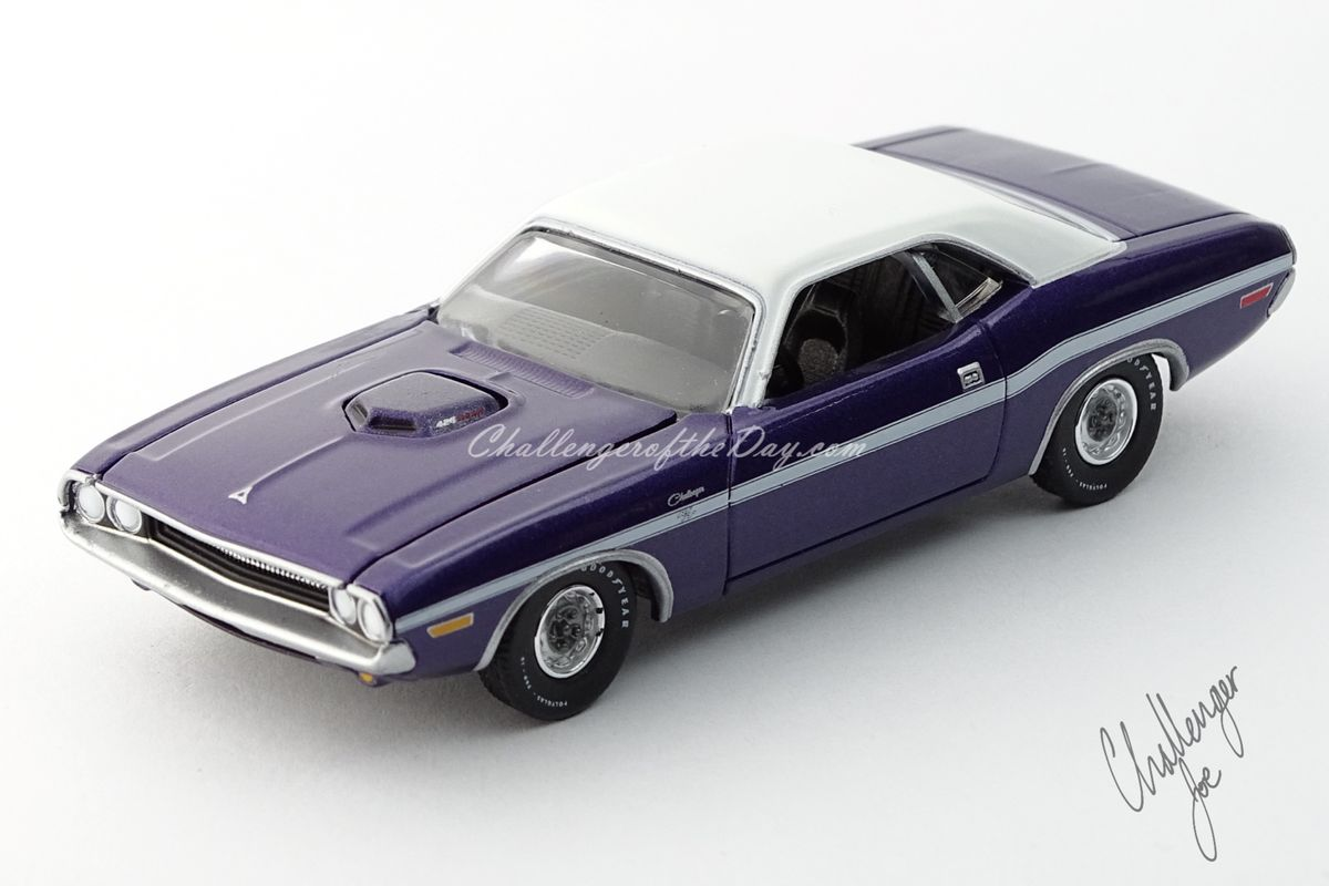 Auto World 1970 Dodge Challenger RT 426 Hemi Shaker Plum Crazy (8).jpg