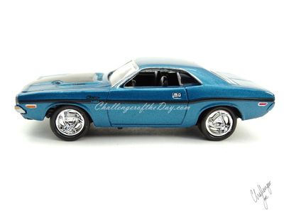 Johnny Lightning 1970 Dodge Challenger RT 440 Magnum in Blue (1).JPG