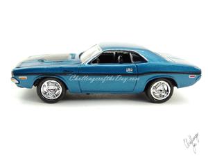 Johnny Lightning 1970 Dodge Challenger RT 440 Magnum in Blue (1).JPG
