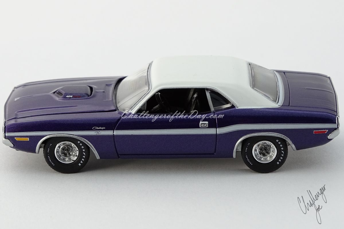 Auto World 1970 Dodge Challenger RT 426 Hemi Shaker Plum Crazy (7).jpg