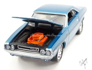 Johnny Lightning 1970 Dodge Challenger RT 440 Magnum in Blue (12).JPG