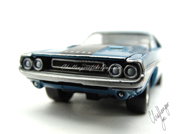 Johnny Lightning 1970 Dodge Challenger RT 440 Magnum in Blue (6).JPG