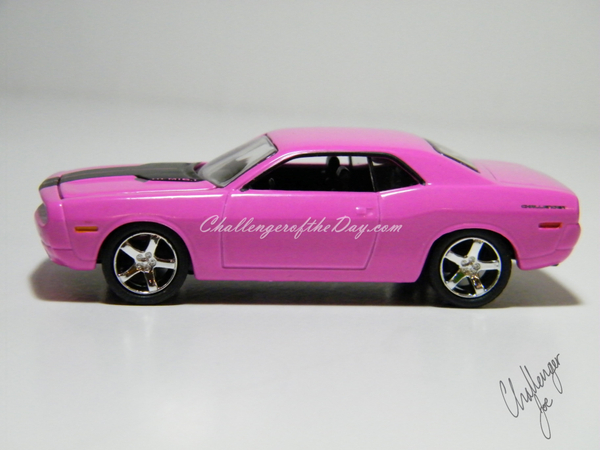 Greenlight 2006 Challenger Concept Car in Pink (1).JPG