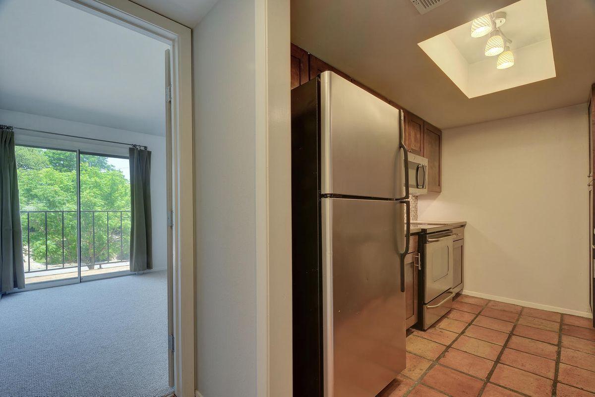 1500 W Lynn St Unit 108-large-014-5-Kitchen 313-1499x1000-72dpi.jpg
