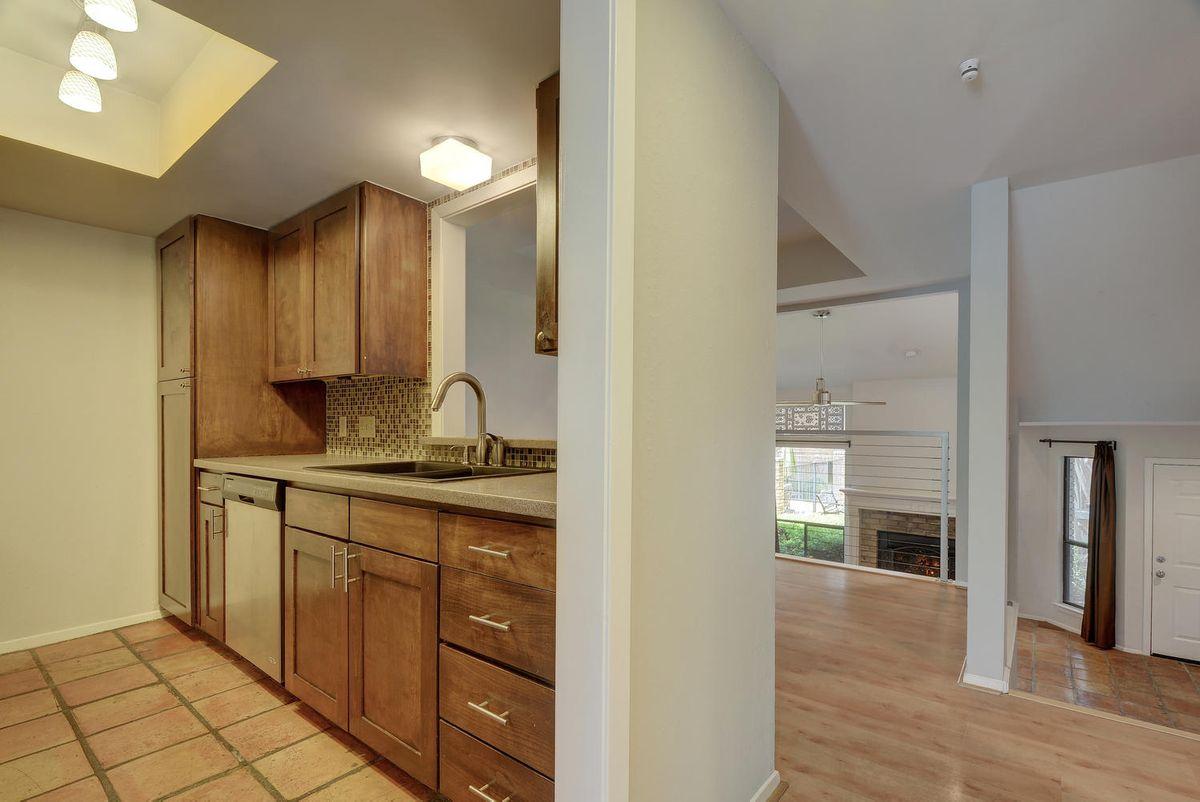 1500 W Lynn St Unit 108-large-013-7-Kitchen 312-1498x1000-72dpi.jpg