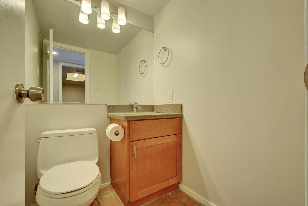 1500 W Lynn St Unit 108-large-017-10-Other Beds and Baths 575-1499x1000-72dpi.jpg