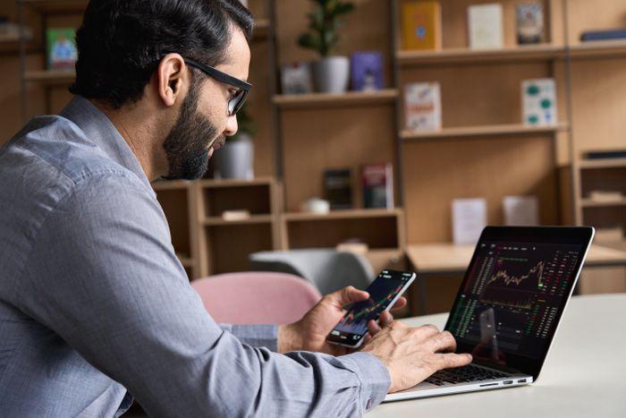 indian-business-man-trader-investor-analyst-lookin-YQ96WWM.jpg