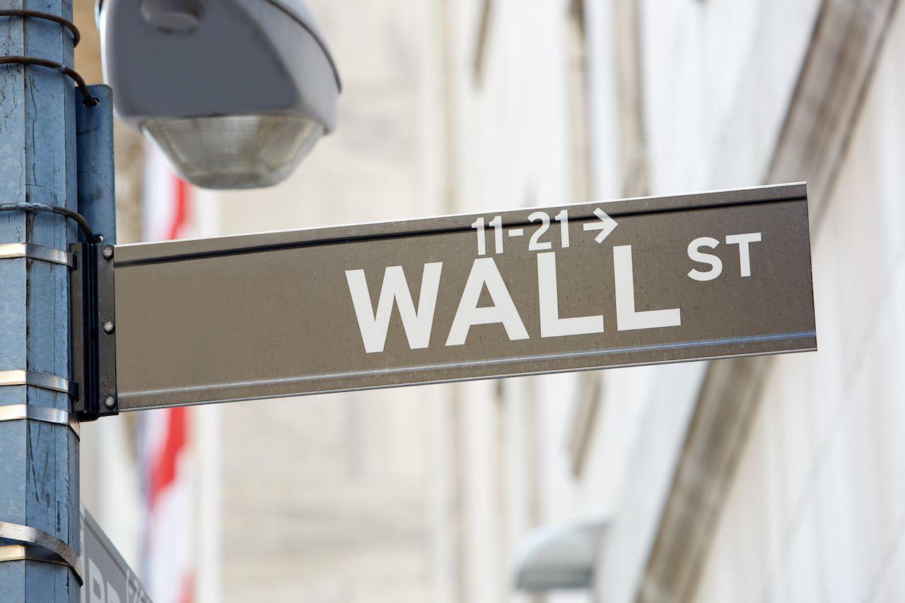 wall-street-sign-with-street-lamp-near-stock-excha-PNJSMGK.jpg