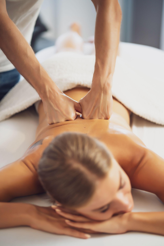 therapeutic-massage-U5USC65.jpg