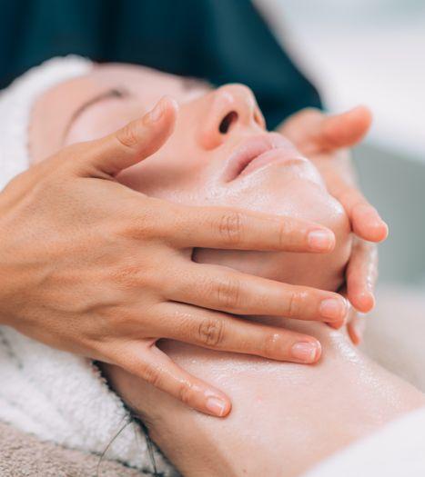 facial-massage-in-beauty-salon-HAEUT34.jpg