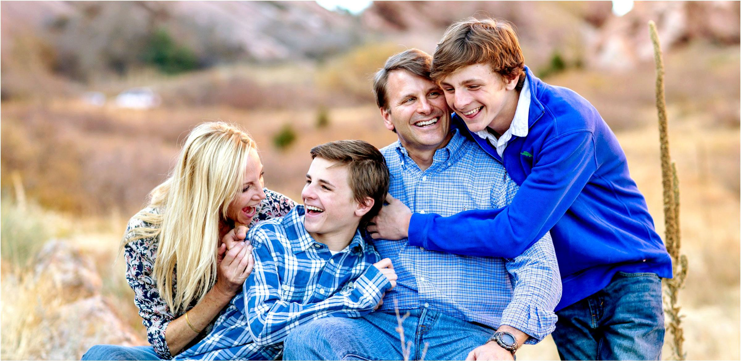 family-laughter-during-a-red-rocks-photo-shoot-005