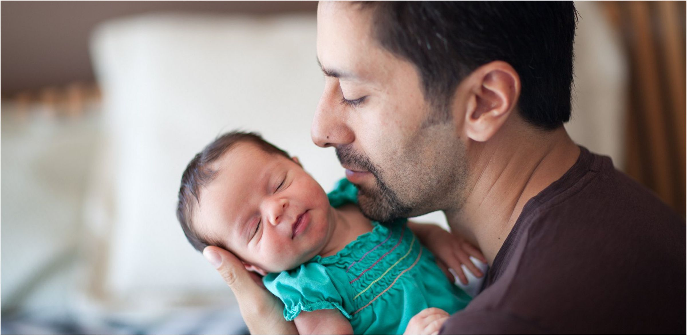 Dad-and-baby-girl-cuddle-up-at-Denver-home-location-photoshoot-0002