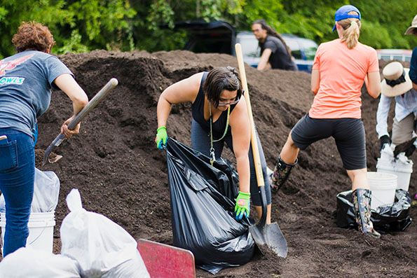 2017-09-28_Spread-the-Harvest-Participants-Bagging-Compost_IMG-02_WEBSITE.jpg