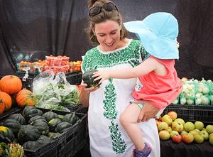 Pregnant-woman-shopping-market-(3)_400px.jpg