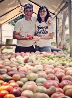 Glenn-&-Paula-Foore-of-Springdale-Farm-with-tomatoes_450px.jpg