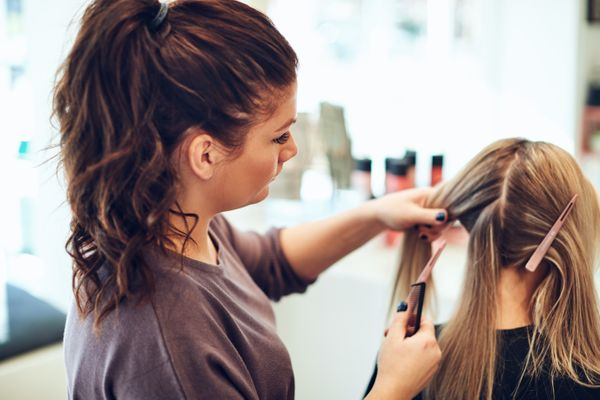 hairdresser-styling-a-clients-hair-in-her-salon-D5W6QBZ.jpg