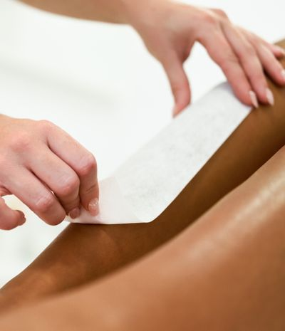 woman-having-hair-removal-procedure-on-leg-applyin-PJH4UR2.jpg