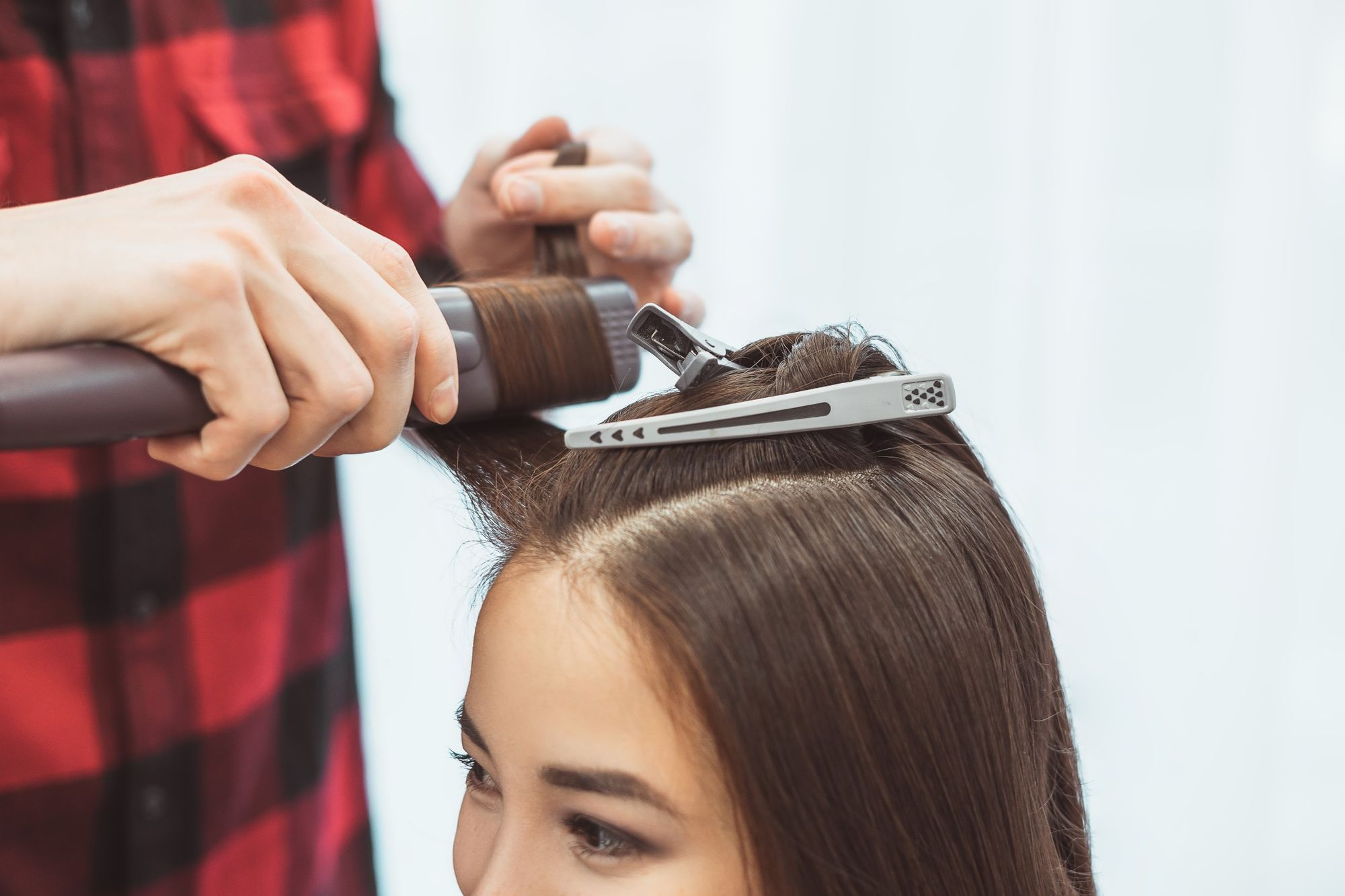hair-stylist-barber-styling-long-hair-with-hair-iron-for-beautiful-young-asian-woman-in-beauty-salon_t20_VWYVgl.jpg