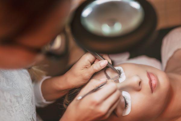 procedure-eyelashes-extension-P5KAYPC.jpg