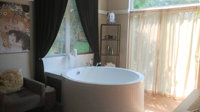 tub in room 2.jpg