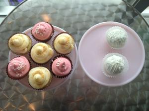 cupcakesandcakeballs.JPG