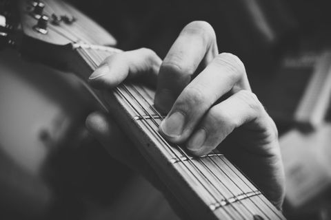 guitarist_hand_playing_guitar_in_black_and_white_2-1000x667.jpg