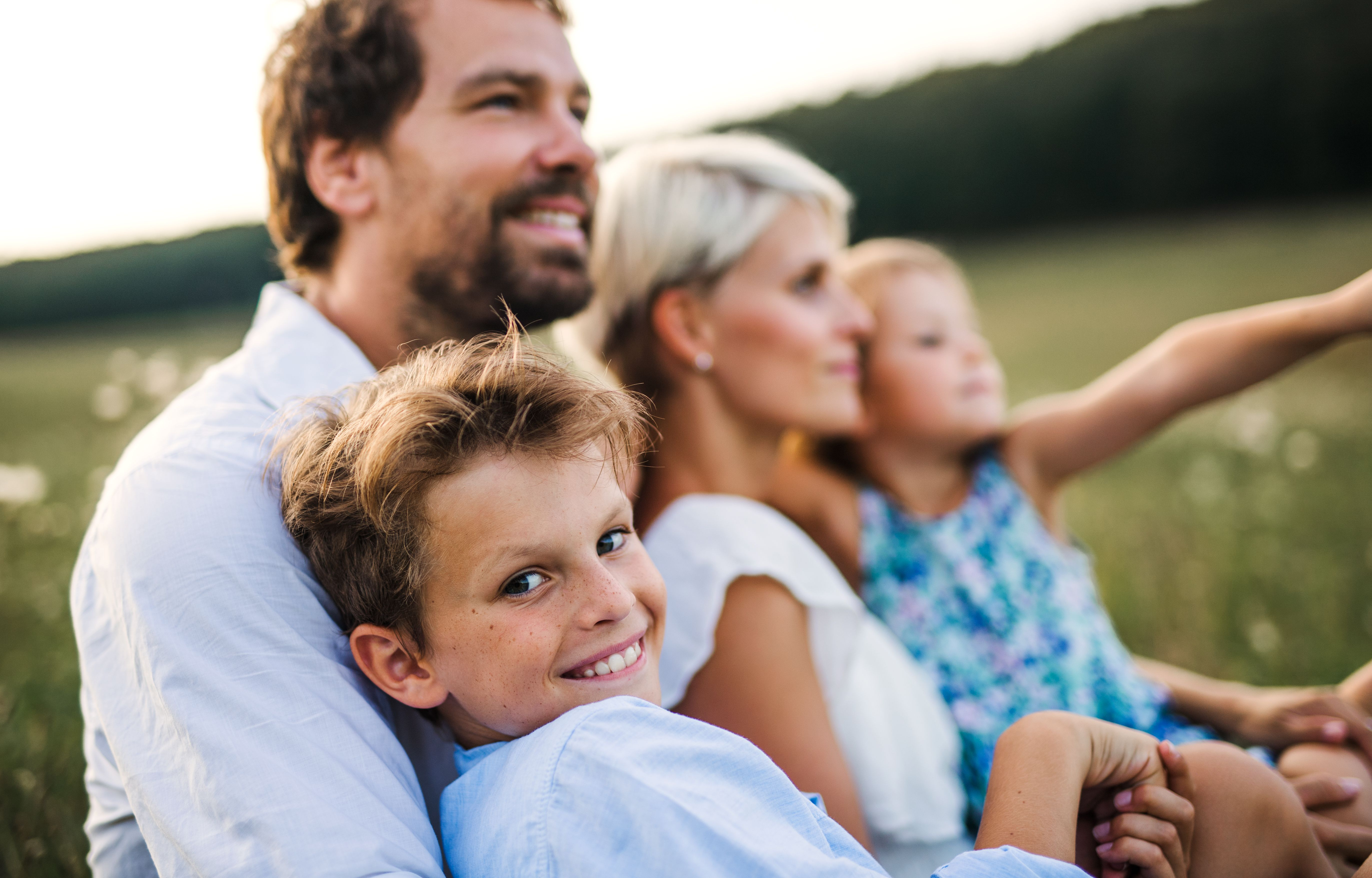 young-family-with-small-children-in-summer-nature--CETFK54.jpg